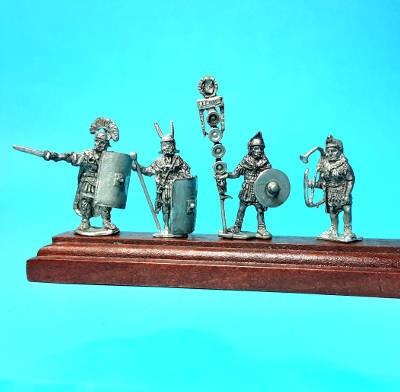 1 - 2 AD: Römische Legionäre (Standarte mit Hand und Lorbeerkranz)